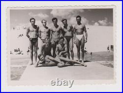 Amazing Muscle Guys Few Men withTrunks Swimmers Gay Int. Vintage Orig Photo 62467