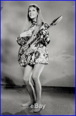 Elizabeth Montgomery 1968 Vintage Press Photo Bewitched Serena Hippie Date Stamp