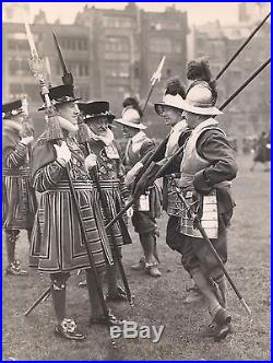 OLD VINTAGE 1945 PRESS PHOTO of PIKEMEN with WEAPONS YEOMEN REGALIA LONDON ENGLAND