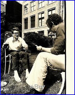 Vintage large photo fashion designer Yves Saint Laurent barefoot mode foto 1976