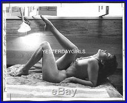 Ygst-0677 Original Vintage B/w 8x10 1960's Leggy Nylon Nude Reclining In Bed
